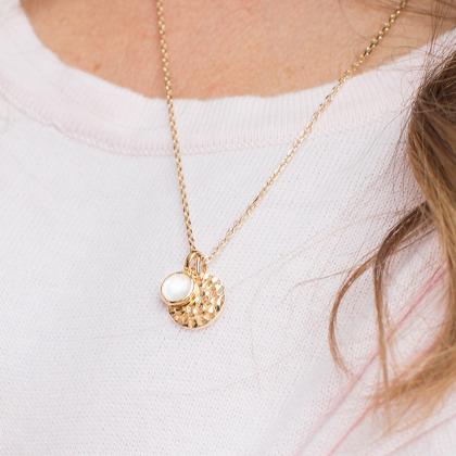 Collar personalizado con medalla pequeña martelé y piedra de nacimiento